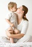 Gelukkige jongen op moeder Stock Foto's