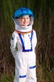Gelukkige jongen in ruimtevaarderskostuum stock foto's