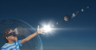 Gelukkige jongen in VR-hoofdtelefoon wat betreft 3D planeten tegen blauwe achtergrond met planeten en gloed vector illustratie