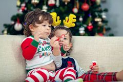 Gelukkige jongens die met Kerstboom op de achtergrond spelen Royalty-vrije Stock Fotografie