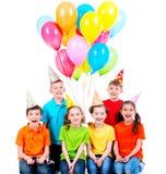 Gelukkige jongens en meisjes met gekleurde ballons Stock Afbeeldingen