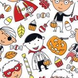 Gelukkige jongens in Halloween-kostuums met snoepjes naadloos patroon Stock Fotografie