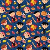 Gelukkige jongens in Halloween-kostuums met snoepjes naadloos patroon Stock Afbeelding