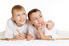 Gelukkige jongens op het bed royalty-vrije stock afbeeldingen