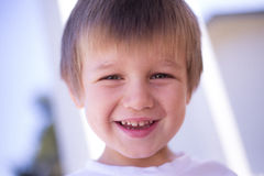 Gelukkige jongensglimlach Stock Foto's