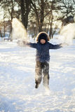 Gelukkige jongenssprong in openlucht Royalty-vrije Stock Foto's
