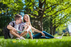 Gelukkige jongeren in openlucht stock afbeelding