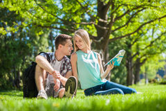 Gelukkige jongeren in openlucht royalty-vrije stock afbeeldingen
