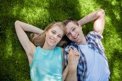 Gelukkige jongeren in openlucht stock fotografie