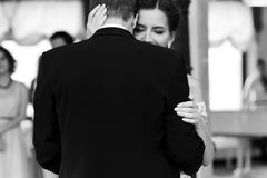 Gelukkige jonggehuwdebruid en bruidegom die bij clos van de huwelijksontvangst dansen Royalty-vrije Stock Afbeelding