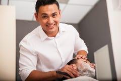 Gelukkige kapper die een mens scheren stock foto