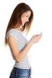 Gelukkige Kaukasische tiener met mobiel. Royalty-vrije Stock Afbeeldingen