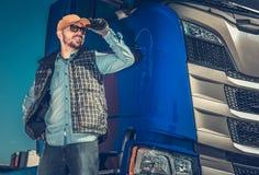 Gelukkige Kaukasische Vrachtwagenchauffeur stock afbeelding