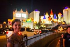Gelukkige Kaukasische vrouw die in Las Vegas bezienswaardigheden bezoeken Royalty-vrije Stock Fotografie
