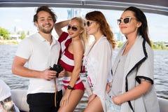 Gelukkige kerel met drie mooie meisjes op jacht stock afbeelding