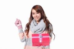 Gelukkige Kerstmisgift van de vrouwengreep Royalty-vrije Stock Afbeeldingen