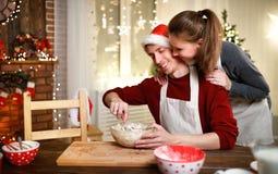 Gelukkige Kerstmiskoekjes van het echtpaarbaksel Stock Foto