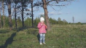 Gelukkige kind blazende zeepbels in de lentepark Langzame Motie stock videobeelden