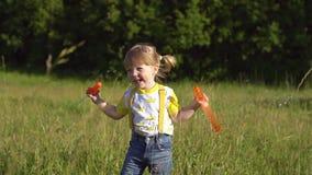 Gelukkige kind blazende zeepbels in de zomerpark Langzame Motie stock video