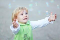 Gelukkige kind en zeepbels Stock Afbeelding