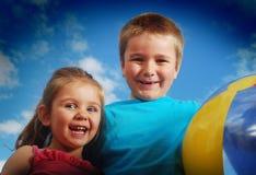 Gelukkige kinderen buiten royalty-vrije stock afbeeldingen