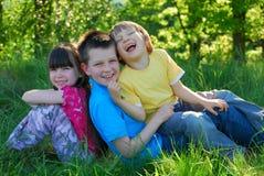 Gelukkige kinderen in de weide Stock Afbeeldingen