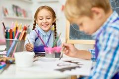 Gelukkige Kinderen die in Art Class schilderen stock foto's