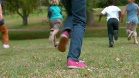Gelukkige kinderen die bij het park lopen stock videobeelden