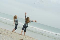 Gelukkige kinderen die bij het strand spelen royalty-vrije stock afbeeldingen