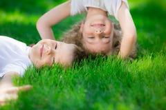 Gelukkige kinderen die bovenkant bevinden zich - neer Stock Fotografie
