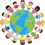 Gelukkige kinderen die handen houden Stock Afbeeldingen