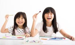 Gelukkige kinderen die in het klaslokaal schilderen stock afbeelding