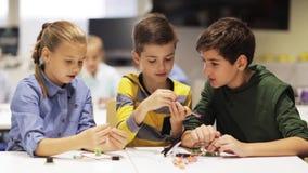 Gelukkige kinderen die hoge vijf maken op roboticaschool stock video