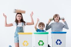 Gelukkige kinderen die huishoudelijk afval afzonderen royalty-vrije stock fotografie