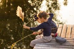 Gelukkige kinderen die met stokken in handen zitten Stock Afbeelding
