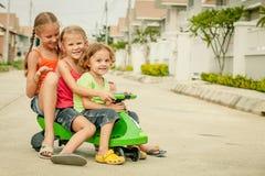 Gelukkige kinderen die op de weg spelen stock afbeeldingen