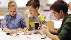 Gelukkige kinderen die op roboticaschool leren stock footage