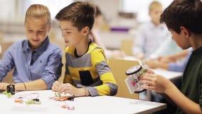 Gelukkige kinderen die op roboticaschool leren stock videobeelden