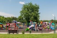 Gelukkige Kinderen die Pret op Speelplaats hebben Stock Fotografie