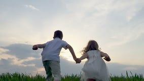 Gelukkige kinderen die strak handen en het lopen houden stock videobeelden