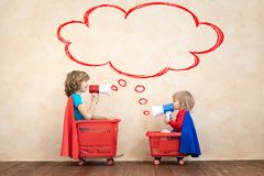Gelukkige kinderen die stuk speelgoed auto thuis drijven stock afbeeldingen