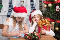 Gelukkige kinderen die voor Nieuwjaar en Kerstmisviering voorbereidingen treffen Stock Foto