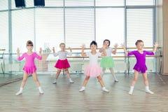Gelukkige kinderen die in zaal, het gezonde leven, de samenhorigheid van het jonge geitje en gelukconcept dansen royalty-vrije stock afbeelding