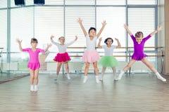 Gelukkige kinderen die in zaal, het gezonde leven, de samenhorigheid van het jonge geitje en gelukconcept dansen stock afbeelding