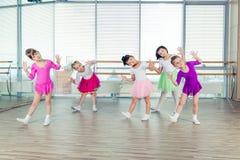Gelukkige kinderen die in zaal, het gezonde leven, de samenhorigheid van het jonge geitje en gelukconcept dansen stock afbeeldingen