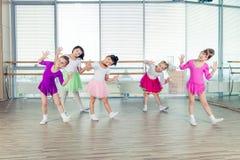 Gelukkige kinderen die in zaal, het gezonde leven, kid& x27 dansen; togethern s royalty-vrije stock foto