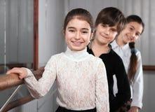Kinderen die zich dichtbij een balletstaaf bevinden stock foto's