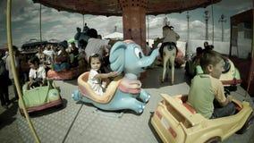 Gelukkige kinderen in een markt van het carrouselland in Roemenië Stock Afbeelding