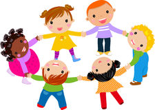 Gelukkige kinderen hand in hand rond Royalty-vrije Stock Afbeeldingen