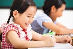 Gelukkige kinderen in het klaslokaal royalty-vrije stock afbeeldingen